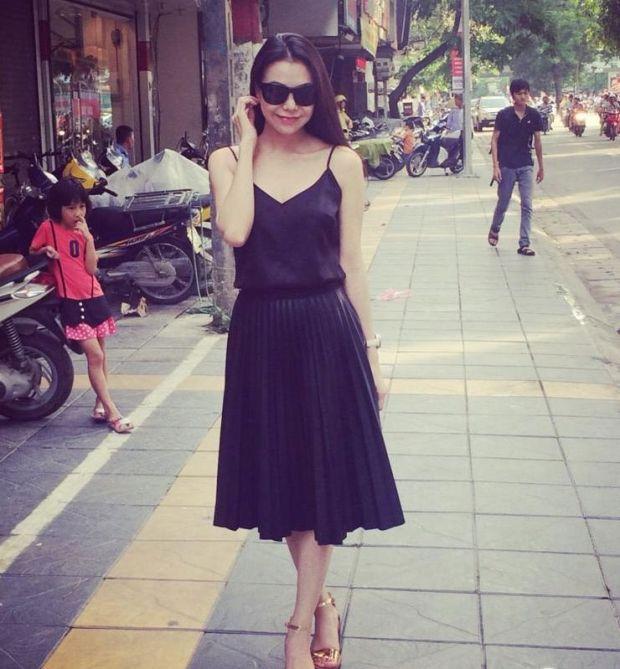 Chọn mix áo 2 dây cùng chân váy bút chì hay chân váy midi Trà Ngọc Hằng cũng thể hiện được phong cách dịu dàng, nữ tính.