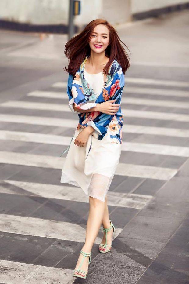 Hòa cùng trào lưu ăn mặc được sao Việt ưa chuộng, Minh Hằng sáng tạo trong việc mặc slip dress với áo khoác kimono và sandals quai mảnh.